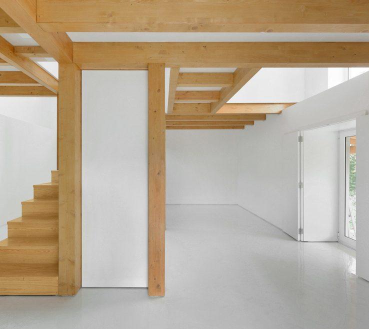 Remarkable Interior Pillars Of Natural Wood And Beams