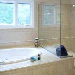Photo-Of-Acrylic-Bathtub-Makes-The-Bathroom-Look-Clean